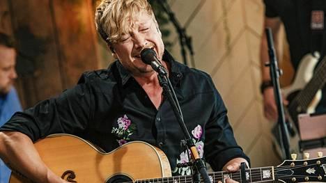 Mies ja kitara. Hiljaisuus-kappaleella pari vuotta sitten Vain elämää -katsojat kyyneliin saanut Samu Haber esitti koskettavan Vanha sydän -version.