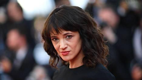 Näyttelijä-ohjaaja Asia Argento kiistää syyllistyneensä 17-vuotiaan pojan seksuaaliseen häirintään.