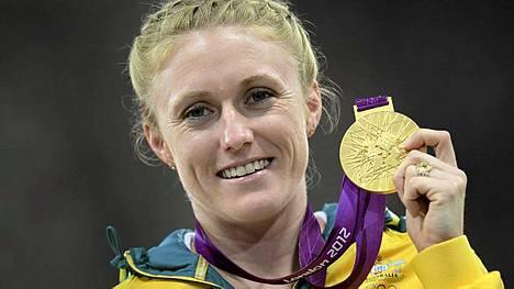 Sally Pearson sai kultamitalinsa pitkäksi venyneen odottelun jälkeen.
