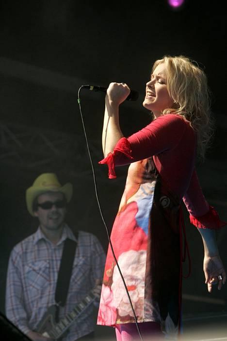 2007: Jonna Tervomaa esiintyi YleX-konsertissa Helsingin Kaisaniemessä.