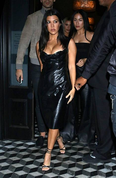 Kourtney Kardashianin mekko on kuin mustaa muovia.