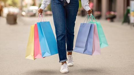 Suomalaiset shoppailevat nolostelematta siellä, missä huvittaa.