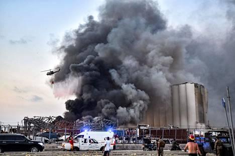 Tulipalo Beirutin satama-alueella räjähdyksen jälkeen.