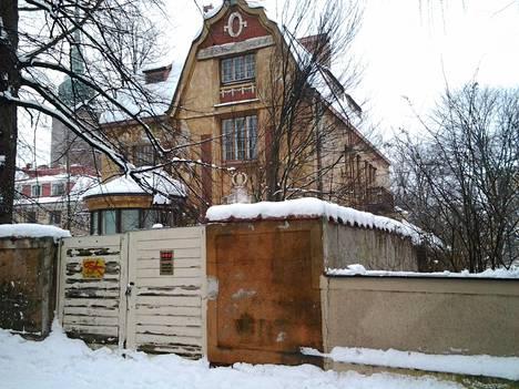 Vuoden 2013 tilanne näytti tältä. Talo oli ollut vuosia tyhjillään.