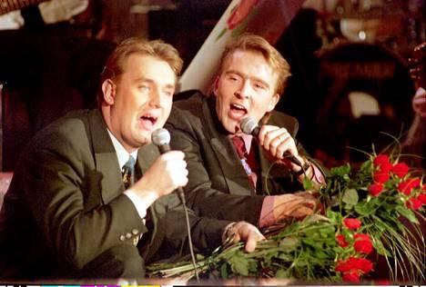 Joel Hallikainen ja Timo Koivusalo luotsasivat Tuttu Juttu Show'ta vuosina 1992–2002.