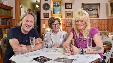 Kape Aihinen ja Monroe kokkasivat illallisen rokkarin äidille Marjatta Kaistilalle.