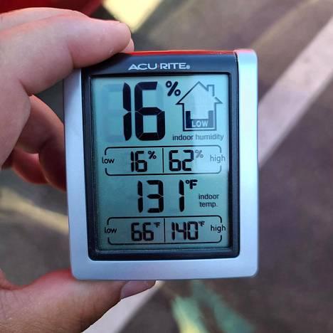 Poliisit mittasivat auton sisältä 131 Fahrenheitin lämpötilan, mikä vastaa noin 55 Celsius-astetta.
