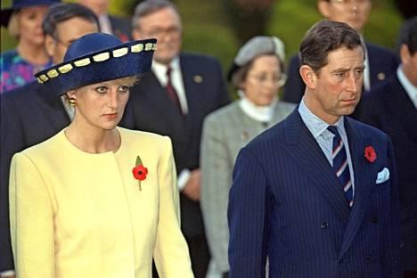 Tehdessään virallisen vierailun Etelä-Koreaan, matkalta otetut kuvat kertoivat omaa karua totuuttaan; Walesin prinssipari oli ajautunut lopullisesti toisistaan erilleen. Heidän erostaan ilmoitettiin saman vuoden joulukuussa.