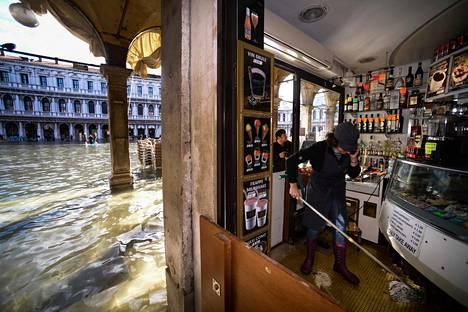Kauppiaat odottavat saavansa korvauksia tulvatuhoista.