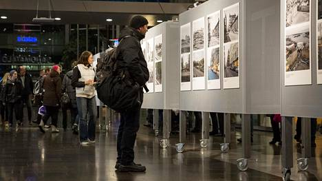 Aikamatkalle Helsinkiin -näyttely on parhaillaan esillä Sanomatalon alakerrassa. Nyt suuren suosion saavuttaneen valokuvanäyttelyn kuvaparit löytyvät alempaa tästä artikkelista.