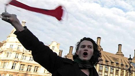 Kuvat lippua heiluttavasta Charlie Gilmourista levisivät laajalti brittimediassa.