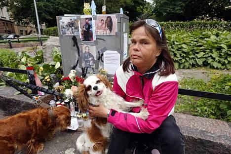 Anu Kattelus syleilee Arskalle tuttua Selene-koiraa.