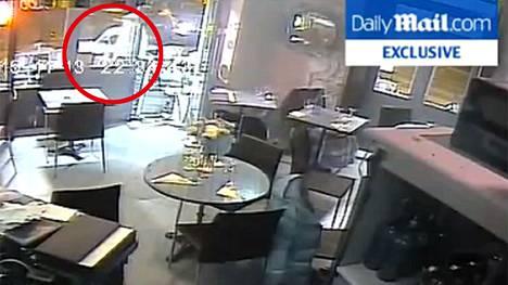 Terroristin ase jumittui juuri kun hän oli ampumassa naisen terassilla.