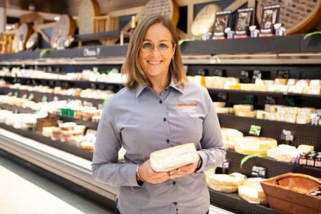 Kauppias Anne Timonen kertoo, että juustovalikoima rikastuu syksyn juhlien myötä entisestään.