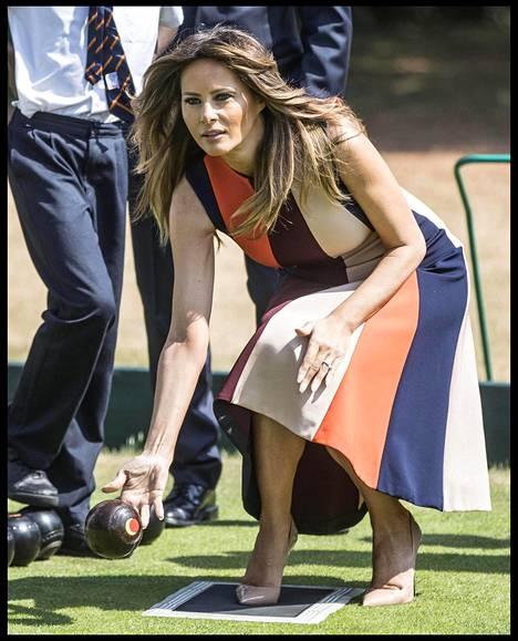 Melania Trump oli pukeutunut brittisuunnittelija Victoria Beckhamin luomukseen sekä hyvin korkeisiin korkokenkiin.
