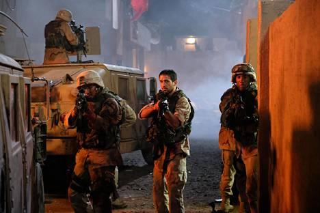 Amerikkalaissotilaita näyttelevät E.J. Bonilla, Darius Homayoun ja Dvyn Placide.