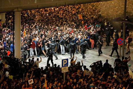 Väkijoukko esti pääsyn Barcelonan lentokentällä maanantai-iltana. Ruuhkia esiintyy myös tiistaina.
