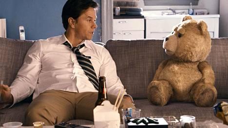 John (Mark Wahlberg) joutuu päättämään, pitääkö elämässään nalle vai tyttöystävä.