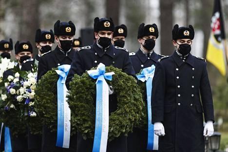 Hautajaisissa oli sotilaallisia elementtejä.