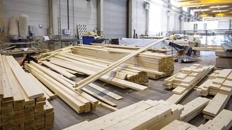 Vaikka sahatavaran kysyntä on nyt kovaa, korkeat hinnat saattavat hillitä puurakentamista ja rajoittaa näin hintakehitystä.