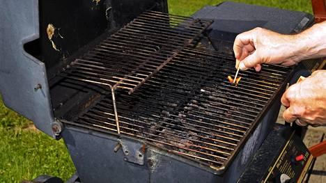 Näin saat grillin likaisen ja ruostuneen ritilän puhtaaksi ilman aivan tuskaista hinkkaamista