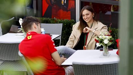 Charles Leclerc ja Charlotte Siné kuvattuna F1-varikkoalueella.