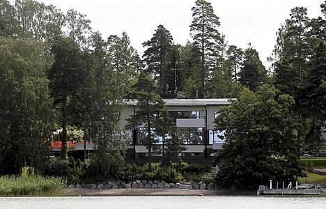 Nurkanvaltauksilla rikastunut ja Kimi Räikkösenkin kaveriksi ilmoittautunut Kai Mäkelä osti aikoinaan nykyiseltä Sampo Pankilta merenrantatontin ja rakennutti itselleen luksushuvilan. Jos Helsingissä merenranta alkaa ahdistaa, Mäkelä voi matkata Kirkkonummelle, jossa hänellä on myös huvila merenrannalla.