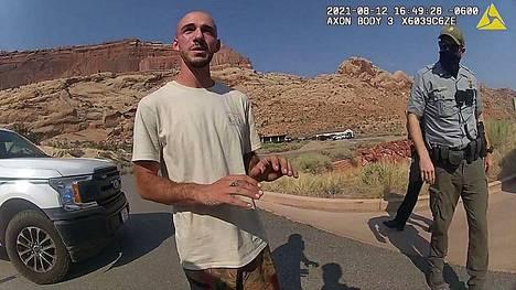 Brian Laundrie ja Gabby Petito joutuivat selittelemään Utahin poliisille heistä tehtyä parisuhdeväkivaltailmoitusta pari viikkoa ennen jälkimmäisen katoamista. Kuva Laundriesta on peräisin poliisin kehokameran tuolloin kuvaamalta videolta.