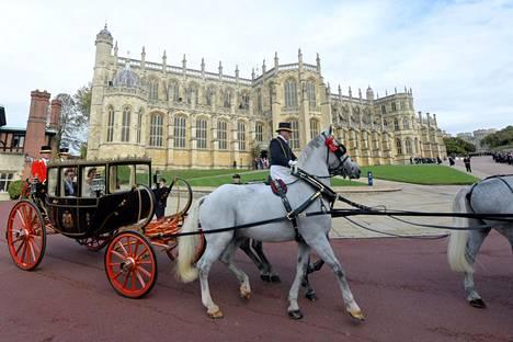 Pari oli tuulisen sään takia joutunut vaihtamaan hevosvaunua. Katollinen kärry suojasi tuoretta avioparia viimalta.