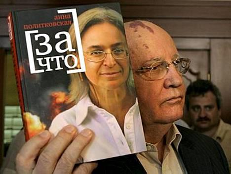 Mihail Gorbatshov isännöi murhatun venäläistoimittajan Anna Politkovskajan kirjanjulkaisua eilen Moskovassa.