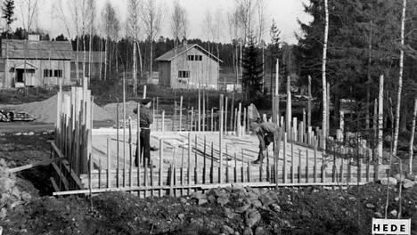 Osa asiantuntijoista toivoo, että rakentamisessa palattaisiin 1950-luvun hengittäviin hirsirakennuksiin ja rintamamiestaloihin, joiden seinässä oli hengittävää purua.