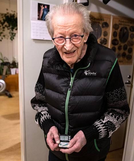 Walfred Anderson pitää talvella kuntoaan yllä kävelemällä askelmittari taskussaan sisällä.