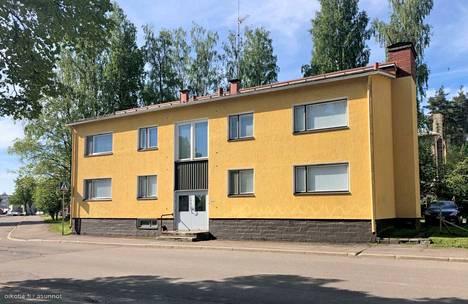 Varkauden keskustassa sijaitsevasta pienkerrostalosta myydään kahta identtistä kaksiota. Toisesta pyydetään 9000 euroa ja toisesta 14000 euroa. Asunnot ovat eri kerroksissa.