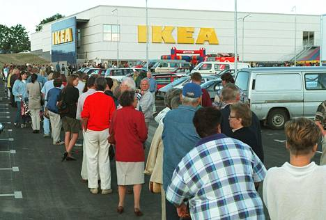 Aikaisimmat jonottajat saapuivat paikalle jo tunteja ennen Ikean avajaisia.