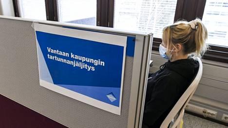 Koronajäljittäjä työssään Vantaalla maaliskuussa.
