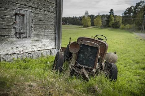 1920-luvun Ford ruostuu aitan kupeessa.