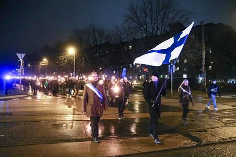 """Töölöntorilta Hietaniemen sankarihaudoille etenevä """"isänmaallinen"""" soihtukulkue järjestettiin viime vuonna ensimmäistä kertaa."""