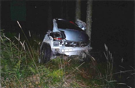 Auto katkesi puuhun osuessaan keskeltä.