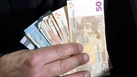 Tälle ja ensi vuodelle sovitut noin 1,6 prosentin palkankorotukset ovat maltillisia, ja Suomen kilpailukyky säilyy niistä huolimatta hyvänä, FIMin pääekonomisti Timo Hirvonen sanoo.