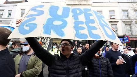 Vihaiset fanit vastustivat jalkapalloseura Chelsean liittymistä Superliigaan Lontoossa tiistaina.