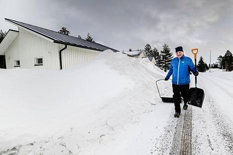 Lumi- ja hiekoitustöitä vuoron perään, kuvaa kajaanilainen Jari Tervonen talvea.