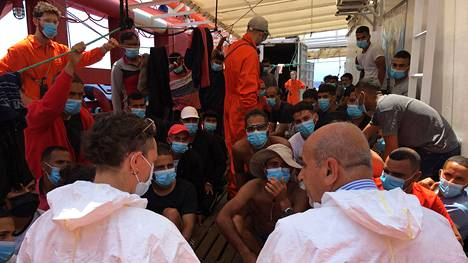 Italialainen lääkäri vieraili Välimerellä ajelehtivalla aluksella, jonka kuljettamia siirtolaisia Italia harkitsee ottavansa vastaan.