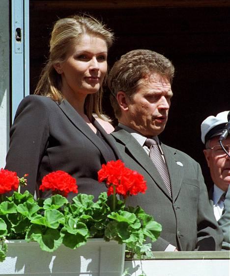 Tanja Karpela ja Sauli Niinistö edustivat ensimmäistä kertaa yhdessä Kangasalalla kesän avajaisjuhlassa kesäkuussa 2001.
