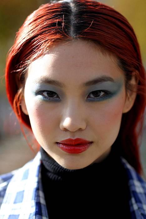 Murrettu punainen sopii näyttävän hiustyylin ystävälle.