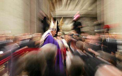 Paavi Benedictus XVI poistuu Pietarinkirkosta Vesperinmessun päätteeksi.