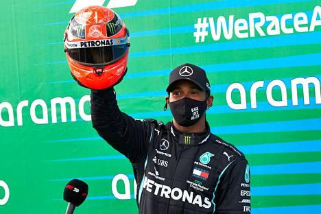 Hamilton nousi F1-osakilpailuvoittojen määrässä Michael Schumacherin rinnalle. Mick Schumacher antoi brittikuskille isänsä kypärän.