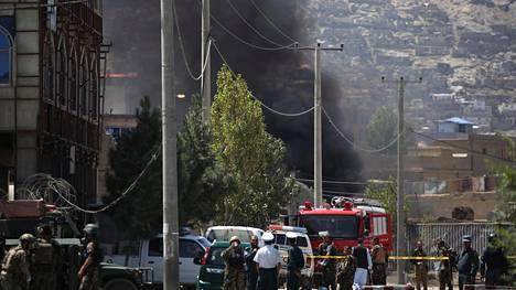 Musta savu nousi taivaalle hyökkäyksen jälkimainingeissa Kabulissa tiistaina.