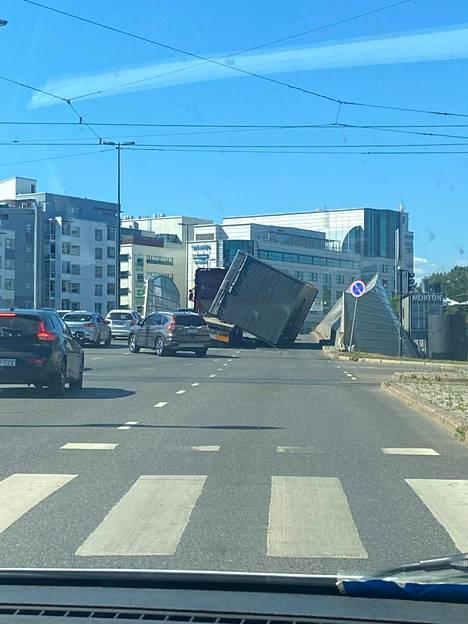 Rekan kontti putosi osittain tielle.