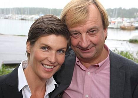 Helena Karihtala on yhä naimisissa, vaikka on julkisesti seurustellut jo heinäkuusta lähtien Hjallis Harkimon kanssa.
