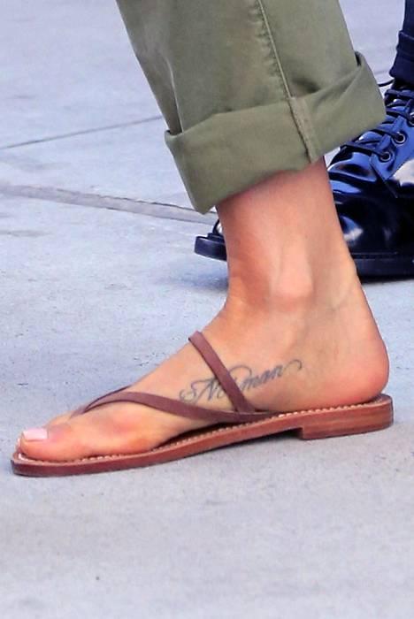Aniston on tatuoinut lemmikkinsä nimen jalkateräänsä.
